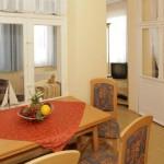 wohnzimmer-mit-grossem-esstisch