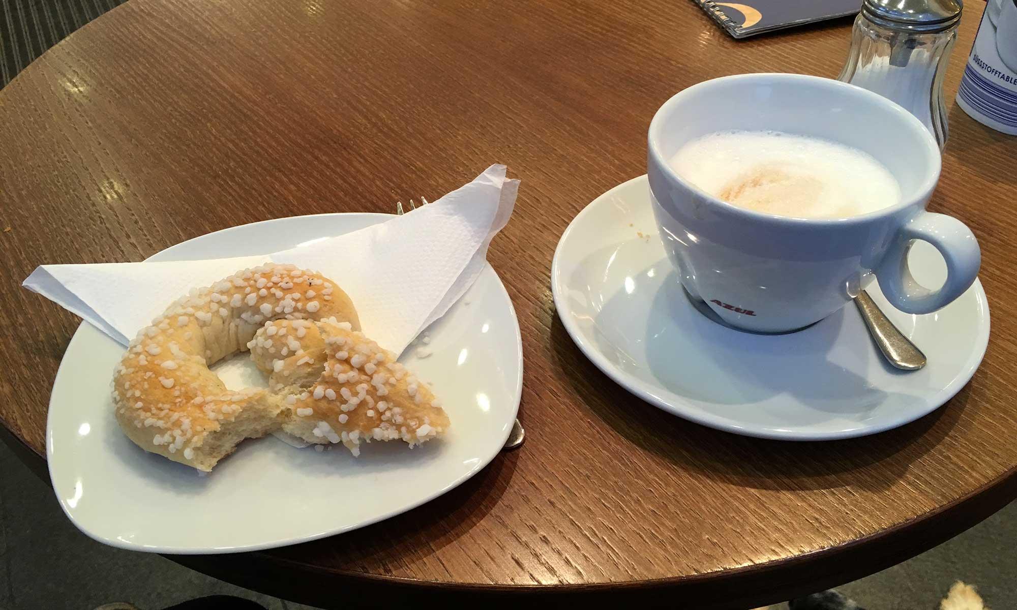 Latte und Zuckerbretzel