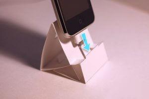 Origami seisoo puhelimeen