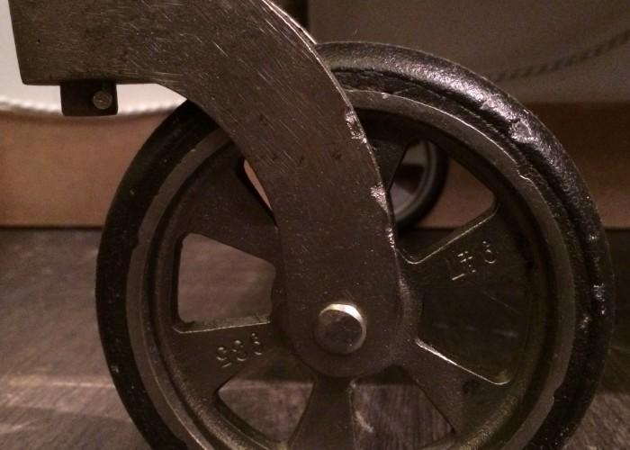 Vintage Industriedesign Rollwagen. Sehr netter alter Verbandswagen mit einer vernickelten Reeling , zwei Schüben und einem Klappenfach und Rädern. Unikat, Einzelstück, vintage Industriedesign,