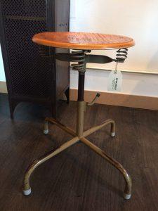 Dreh und höhenverstellbarer Arbeitshocker mit Sitzfedern unter der Sitzplatte