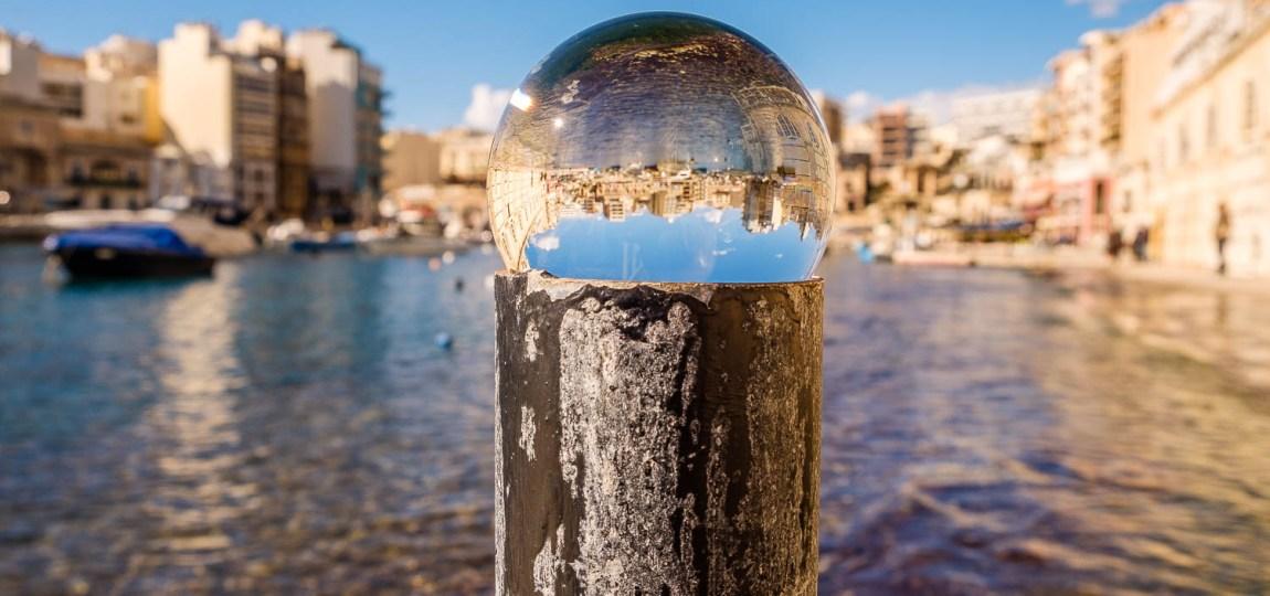 Die Spinola Bay in St. Julians durch die Glaskugel betrachtet