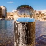 Die Spinola Bay durch die Glaskugel betrachtet