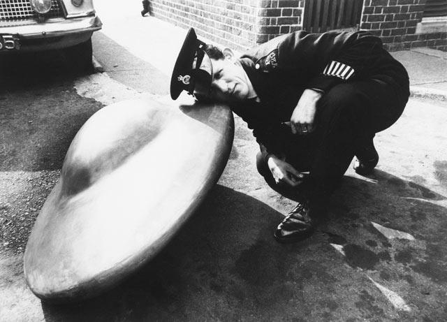 Αστυνομικός του Κεντ ακούει τους ήχους που εκπέμπει το παράξενο αντικείμενο, στις 5 Σεπτεμβρίου 1967