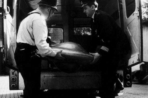 Αστυνομικοί του Κεντ μεταφέρουν προς εξέταση ένα από τα μυστηριώδη αντικείμενα