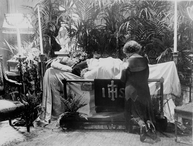 Ο Ροδόλφο Βαλεντίνο την ημέρα της κηδείας του, στο Falcon Lair