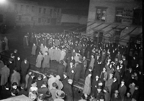 Το πλήθος στη Νέα Υόρκη, αναμένοντας τους διασωθέντες που μετέφερε το RMS Carpathia