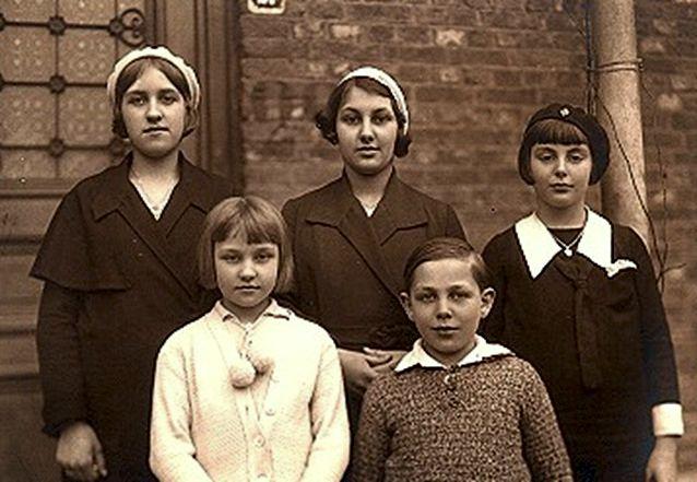 Τα παιδιά στα οποία εμφανίστηκε η Παναγία, το 1932, στο Beauraing. Στην πίσω σειρά: Andree Degeimbre, Fernande Voisin, Gilberte Voisin. Στη μπροστινή σειρά: Gilberte Degeimbre, Albert Voisin.
