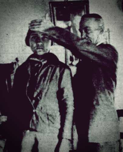 Ο Πρόεδρος της Εταιρίας Ψυχικών Ερευνών, Άγγελος Τανάγρας, εξετάζοντας τη νεαρή Άννα Κουβουτσάκη