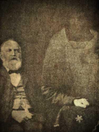 Η περίφημη φωτογραφία του Willam Thomas Stead (αριστερά), στην οποία απεικονίζεται το πνεύμα του Piet Botha (δεξιά)
