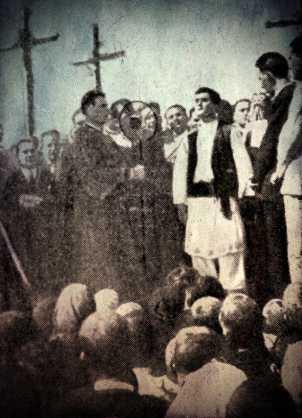 O Petrache Lupu ανάμεσα σε πλήθος πιστών και ιερέων