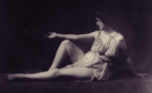 """Η σπουδαία χορεύτρια Ισιδώρα Ντάνκαν (26/05/1877 - 14/09/1927), που έμεινε στην ιστορία ως η """"Ξυπόλυτη Χορεύτρια"""""""