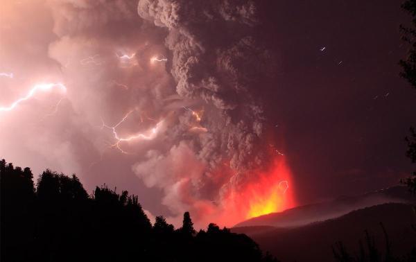 Puyehue Volcano eruption in Chile covers Lake Nahuel Huapi ...