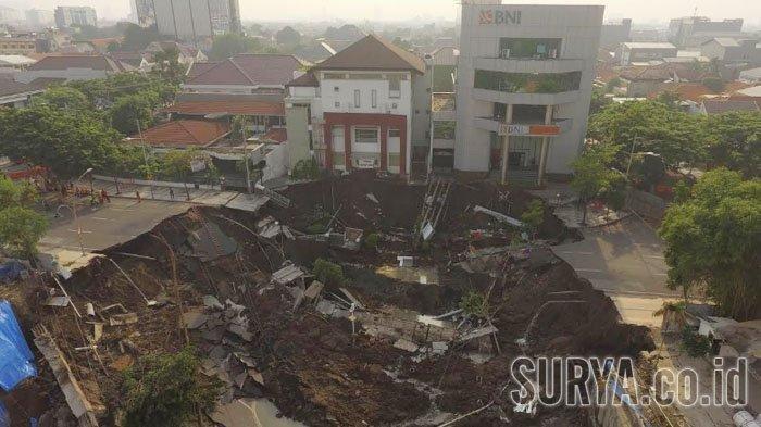 giant sinkhole indonesia surabaya, giant sinkhole indonesia surabaya video, giant sinkhole indonesia surabaya picture