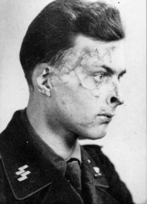 Nazi brotándole su mala sangre