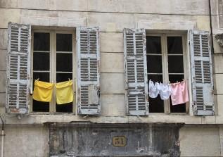 Wäsche am Fenster