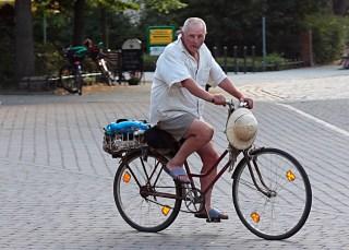 Radfahrer mit Tropenhut