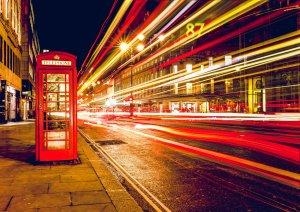 Une cabine de téléphone avec plein de trafic à Londres