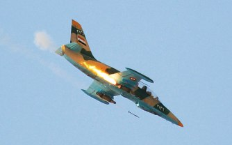 Un L39 Albatros des forces aériennes syriennes tirant des roquettes. Cet avion d'entraînement est devenu l'appareil de prédilection de l'armée syrienne dans sa lutte contre la guérilla rebelle.