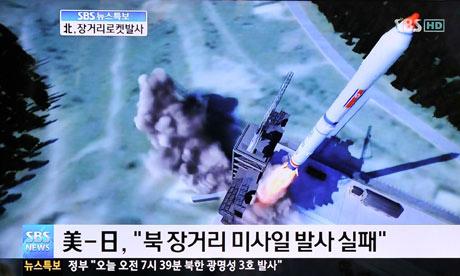 Après avoir fait semblant de démanteler sa fusée en cédant aux pressions de ses alliés, la Corée du Nord a procédé au tir spatial en étant sûre d'éviter une éventuelle interception par les USA ou le Japon. De ce fait, Pyongyang n'a fait qu'appliquer une maxime du stratège chinois Sun Tzu (VIè siècle avant J.C): il a trompé ses adversaires. Il n'est pas inutile de rappeler que deux tentatives précédentes se sont soldées par un échec (on a évoqué des moyens d'interception sophistiqués mis en oeuvre par les Etats-Unis). Le satellite nord-coréen Kwangmyongsong 3 a été emporté avec succès par la fusée Unha 3 mercredi matin depuis le centre spatial de Sohae, dans l'ouest du pays. Le gouvernement japonais a annoncé que la fusée nord-coréenne était passée au-dessus de l'île nippone d'Okinawa douze minutes après avoir été tirée depuis la Corée du Nord. Le tir ou plutôt la feinte a provoqué un tollé de réactions internationales.