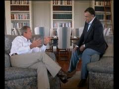 Le Prince Bandar et l'ex-Président Us George Bush junior. Très lié à la famille Bush et à Dick Cheney et leurs intérêts pétroliers, le prince saoudien dispose d'une redoutable influence. C'est lui qui a permis à la famille Benladen d'être rapatriée des Etats-Unis alors que le ciel américain était fermé au lendemain des attentats du 11 septembre 2001.