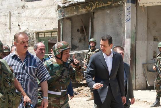 Al-Assad avec un officier de la police militaire dans les rues de Darya. Au même moment, le commandant des forces aéroportées russes a déclaré que ses forces sont prêtes à intervenir en Syrie en soutien à l'armée syrienne en réponse à toute tentative US d'imposer une zone d'exclusion aérienne.