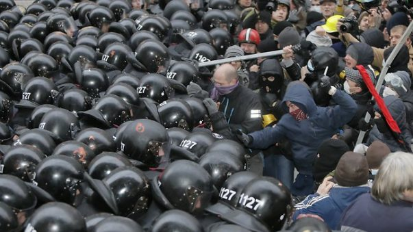 Manifestation pro-UE en Ukraine. A noter l'alliance entre les Femen et les vrais faux néonazis.