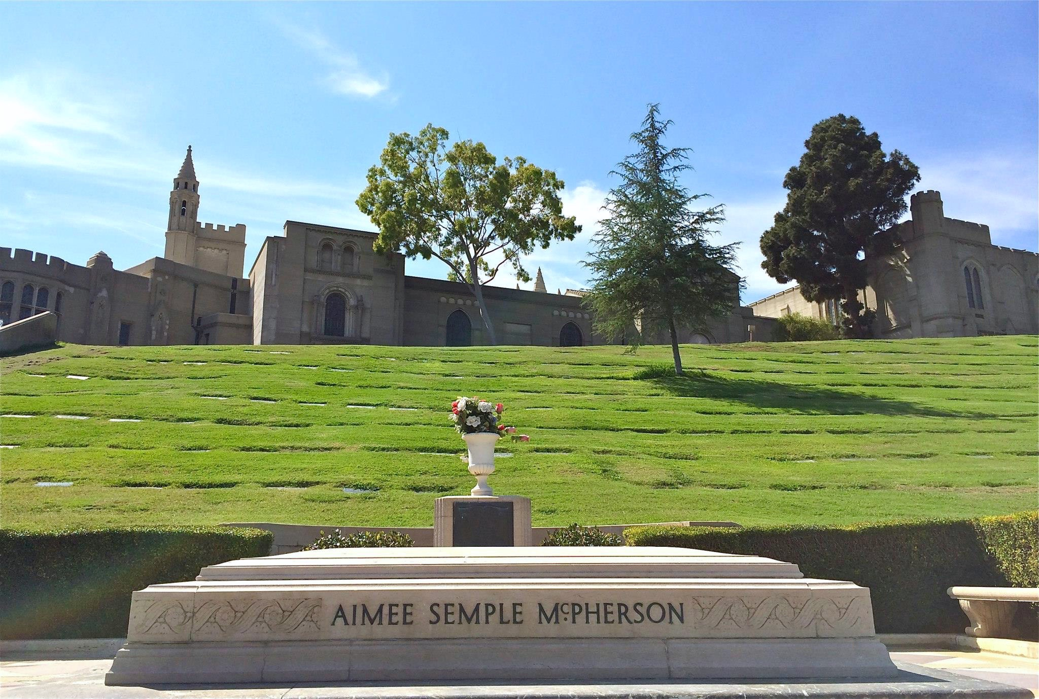 Forest Lawn Hollywood Hills: Stars' Graves