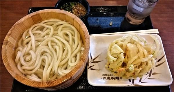丸亀製麺の釜揚げうどんと野菜かき揚げ.jpg