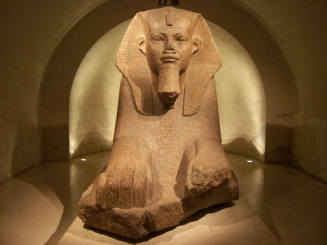 """Le sphinx de Tanis se trouve dans la """"crypte"""" du Musée du Louvre."""