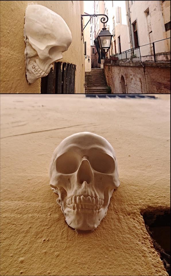 black messenger-skull
