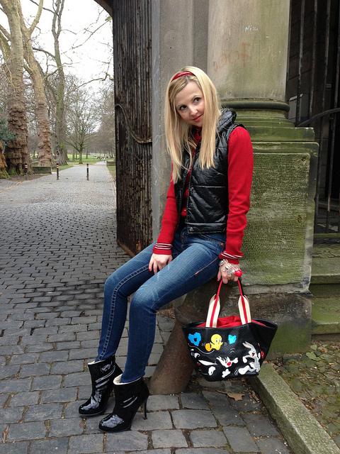 D&G cardigan / Braccialini bag / True Religion jeans  www.hannoverfashion.com