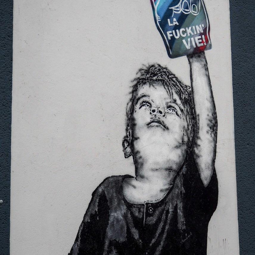 Les Enfants Terribles hat einen Jungen mit einem Handschuhe der wie ein Eis aussieht auf eine Mauer gemalt