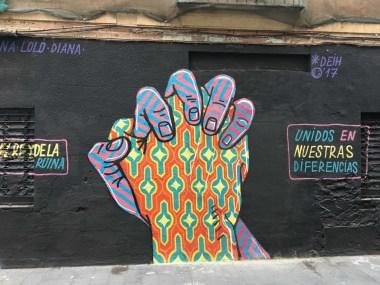 ein Deteil einer Arbeit von DEIH dass zwei unterschiedlich farbig dargestellte Hände darstellt