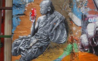 ein Mönch der eine Coladose hält von unbekanntem Künstler