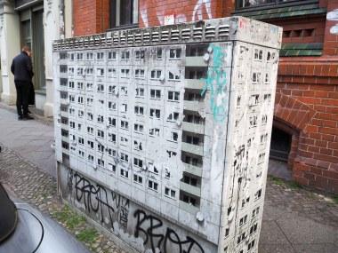 Evol hat einen Häuserblock auf einen Stromkasten geklebt