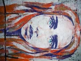 Frau mit roten Haaren an der Decke des Tunnels