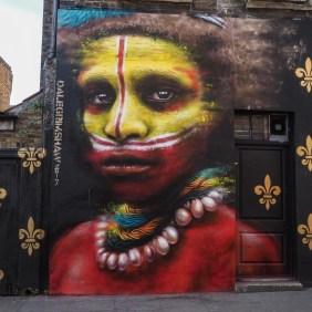 Dale Grimshaw zeigt ein hohes Mural mit einem bemalten Indigenen