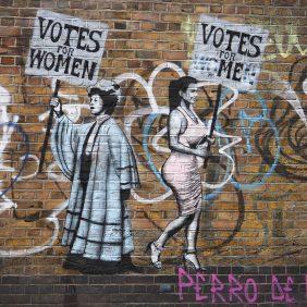 Vote for Women sagt die Sufragette und Vote for me die junge Frau von heute