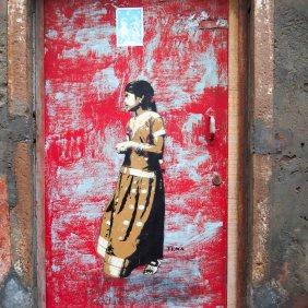 """Tonas Mädchen """"Floret"""" klebt an einer roten Tür"""