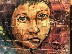 Detail einen Murals von El Niño de las Pinturas, dass das Portrait eines Jungen zeigt