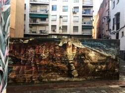 Mural von El Niño de las Pinturas zeigt die Beine eines Kindes mit geringelten Strümpfen