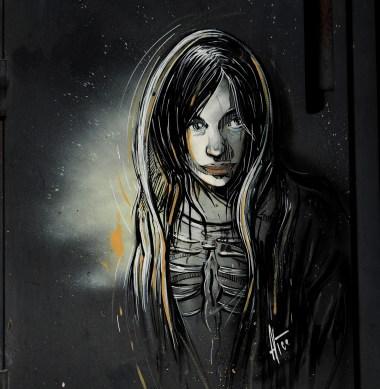 in grau gehaltenes Bild eines Mädchens von Alice Pasquini