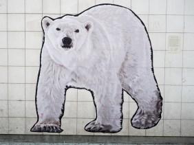 Urban Animal Jean klebte eine riesigen Eisbären an die weißgekachelte Wand