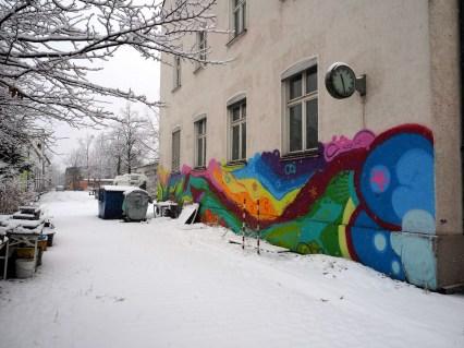 bunte Flächen auf einer Hauswand im Schnee