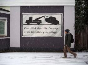 """""""Widerrechtlich abgestellte Fahrzeuge werden kostenpflichtig abgeschleppt"""" steht geschrieben und abgebildet ist ein Panzer der abgeschleppt wird"""
