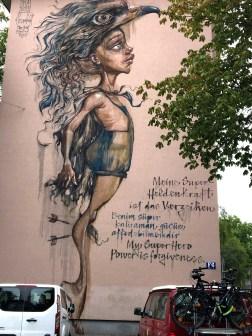 Mural von Herakut zeigt eine Person mit Adlerhaube