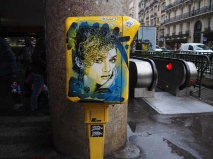 Portrait von C215 auf gelbem Briefkasten