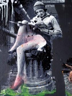 eine junge Frau sitzt lesend auf einer Säule