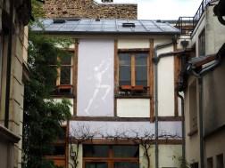Jérôme Mesnager malt eine Figur in einem Hinterhof